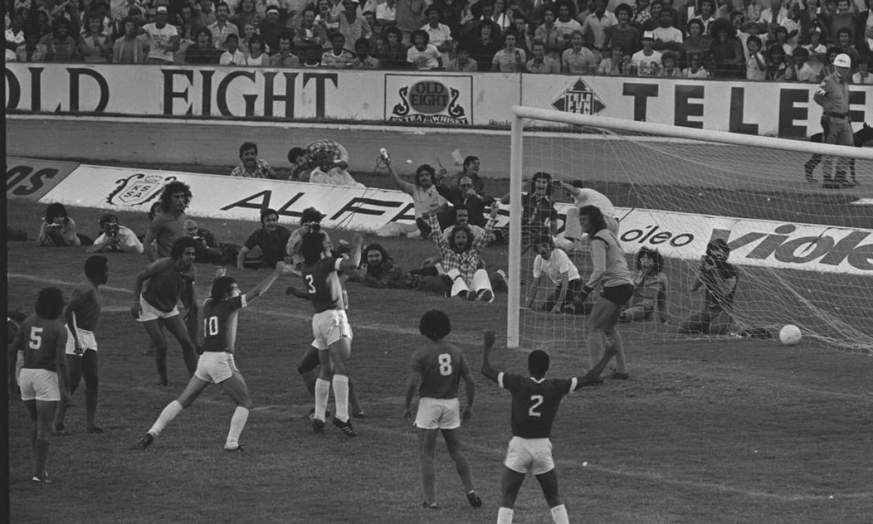 18º - INTERNACIONAL (1975) - Figueroa (camisa 3 do Internacional) marca de cabeça o gol da vitória sobre o Cruzeiro. Foto: Arquivo/Agência O Globo