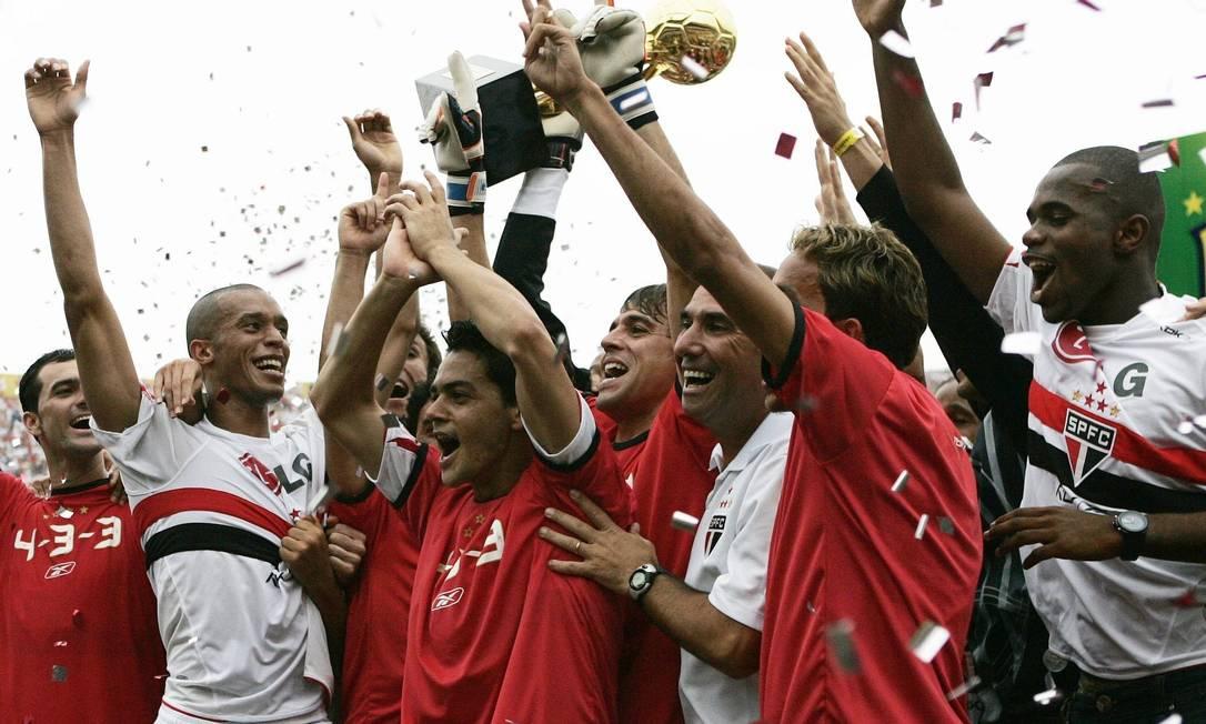 11º - SÃO PAULO (2006) - Tricolores erguem a taça depois de empate com o Athletico, no Morumbi. Foto: Rickey Rogers / Rickey Rogers/Reuters