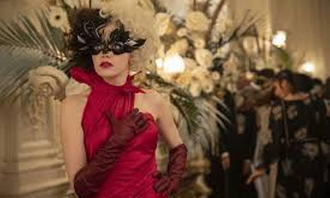 Para causar, personagem vai de vermelho a baile de preto e branco Foto: Divulgação