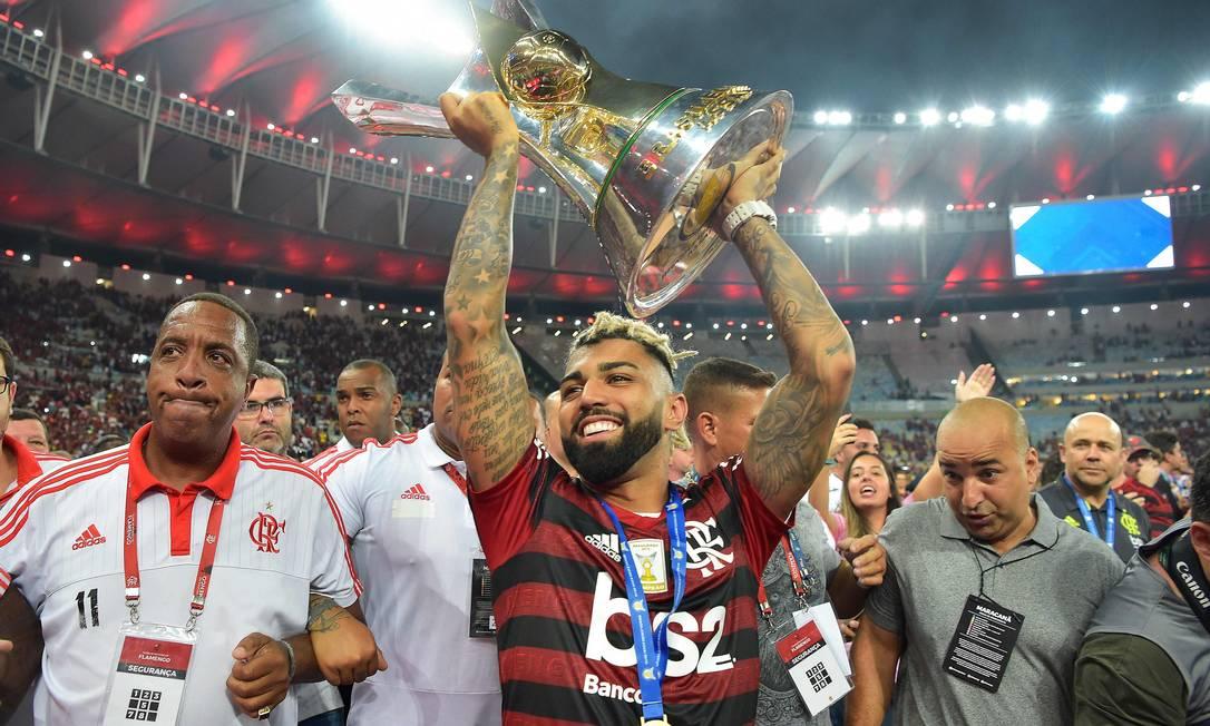 1o - Flamengo (2019) - Gabigol levanta el trofeo al final de un año histórico con Jorge Jesús.  Foto: Carl de Sousa / AFP