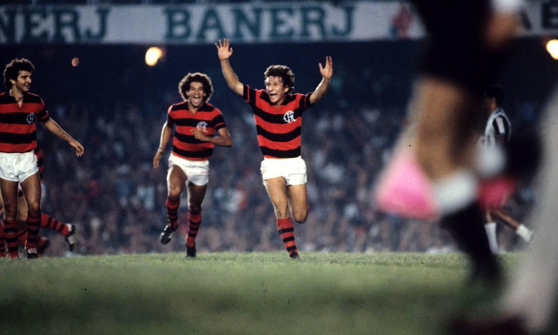 Tercer puesto - Flamengo (1980) - Zico corre hacia el equipo en un partido contra el Atlético MG.  Foto: Anibal Philot / O Globo
