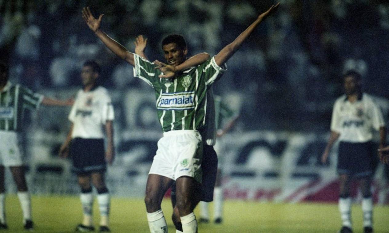 5º - PALMEIRAS (1994) - Rivaldo celebra gol contra o Corinthians, no Pacaembu. Foto: Marcos Issa/O Globo