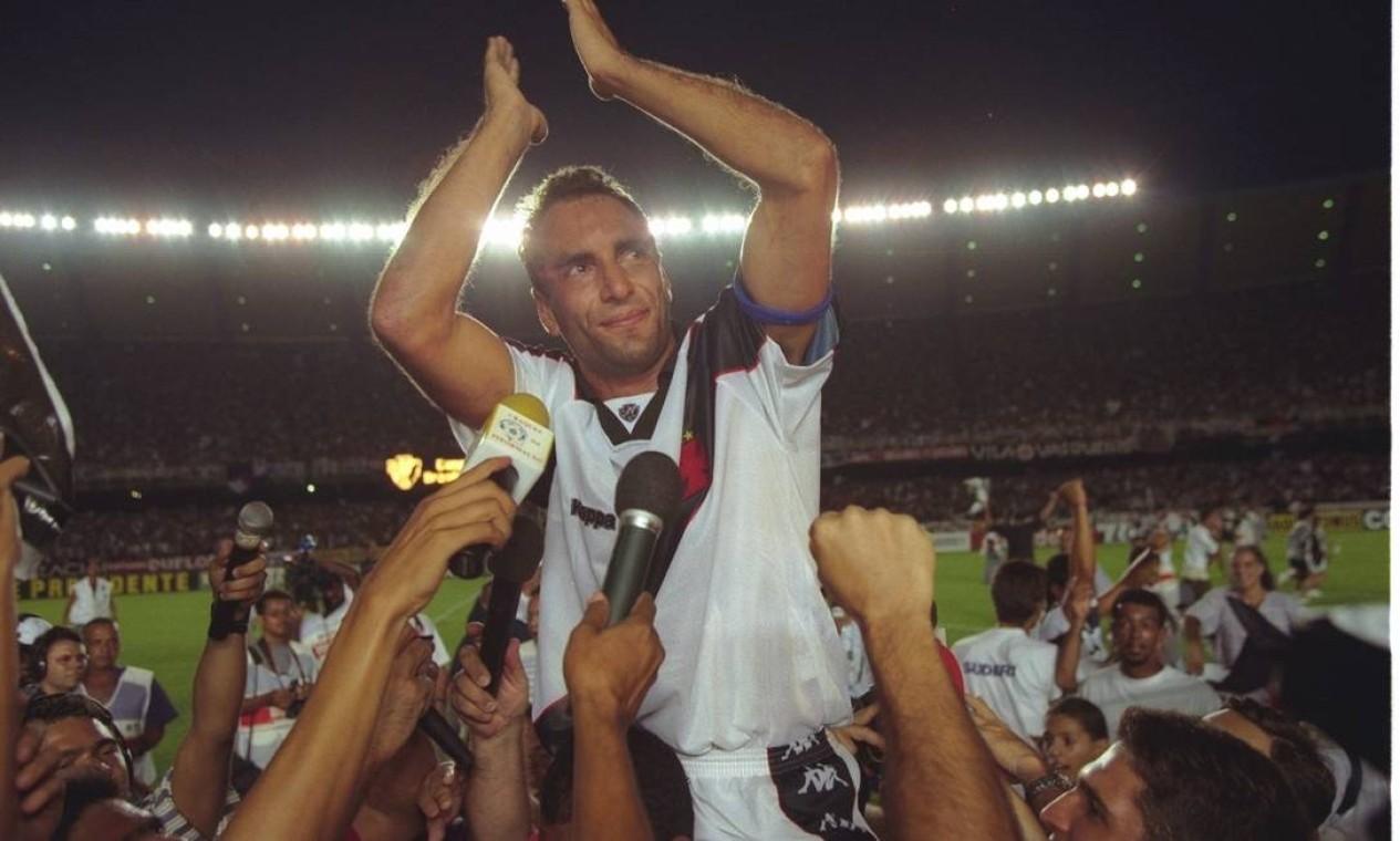 6º - VASCO (1997) - Edmundo é erguido após conquista do cruz-maltino no Maracanã. Foto: Custódio Coimbra / O GLOBO