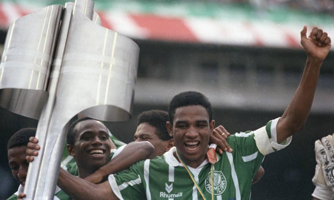 8º - PALMEIRAS (1993) - Edilson e César Sampaio celebram a primeira de duas conquistas do clube na década de 1990. Foto: Claudio Rossi/O Globo
