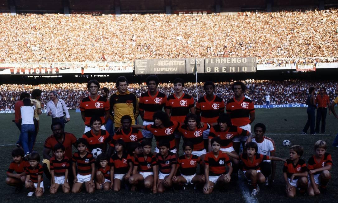 9º puesto - Flamengo (1982) - se filmó en el Maracaná el equipo: Leandro, Raúl, Marinho, Figueiredo y Junior.  Crouchers: Tita, Adelio, Nunes, Zico y Leko.  Foto: Sebastião Marinho / O Globo