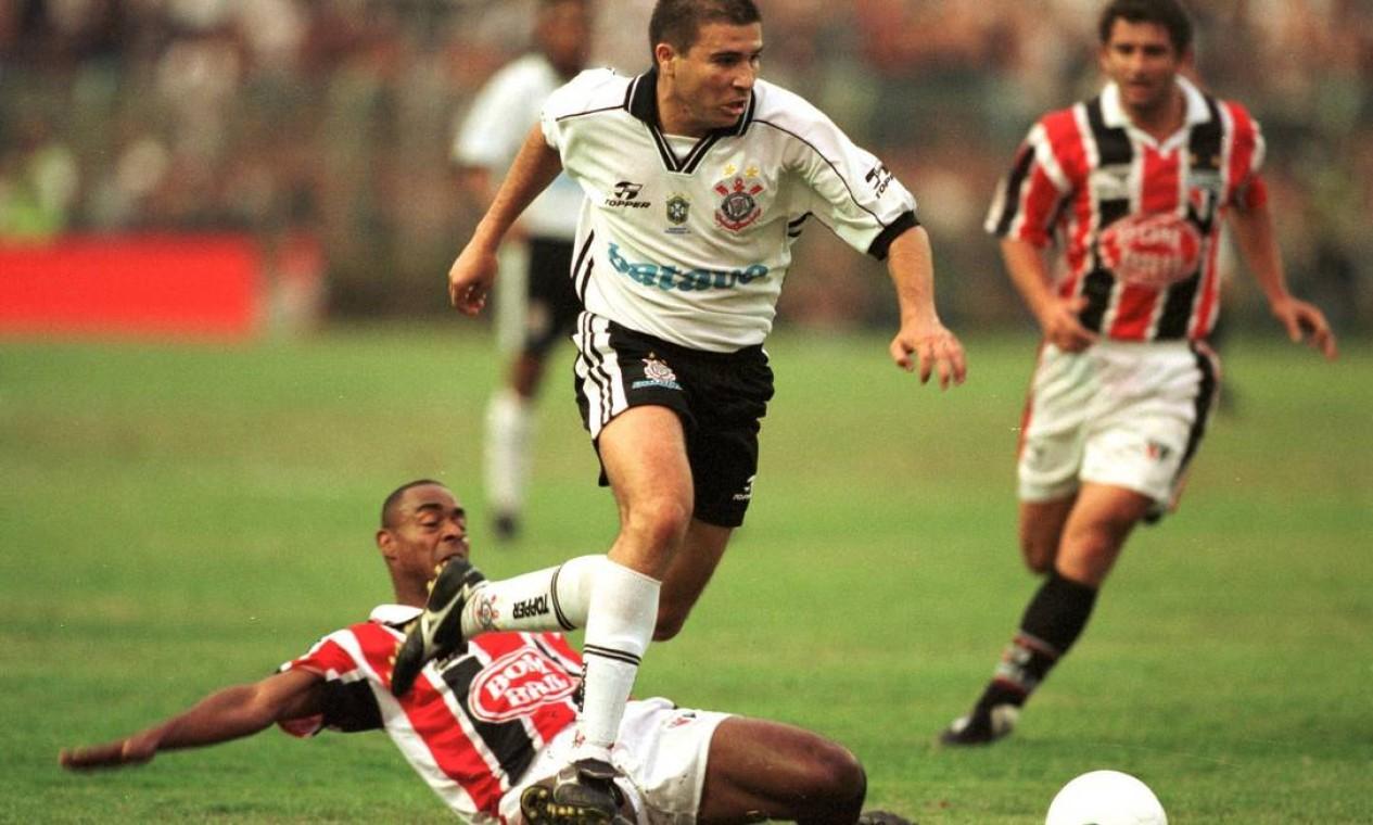 10º - CORINTHIANS (1999) - Luizão passa por Vagner, do São Paulo. Foto: Reginaldo Castro/Lance!