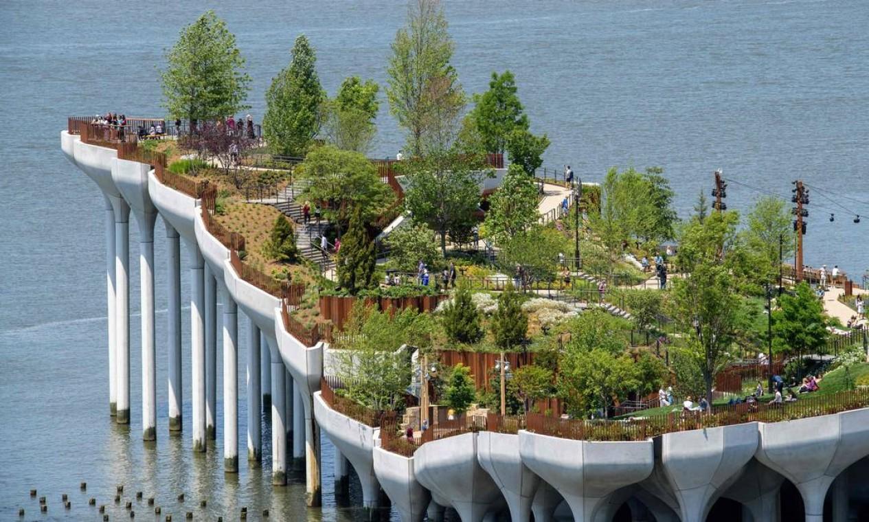O Little Island, novo parque público de Nova York, erguido sobre 132 enormes tulipas de concreto no Rio Hudson, foi inaugurado há uma semana Foto: ANGELA WEISS / AFP