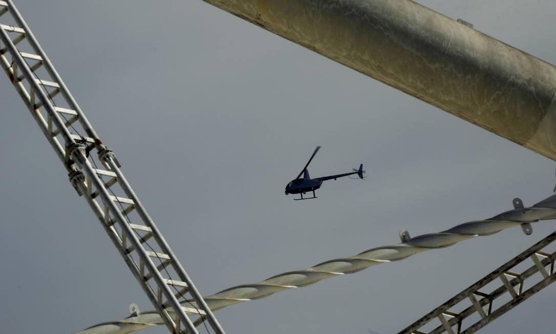 Helicóptero atingido levanta voo após o pouso de emergência Foto: Gabriel de Paiva / Agência O Globo