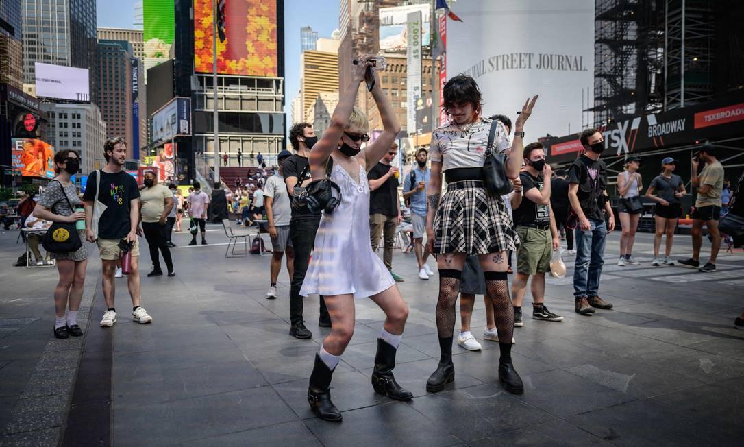 La gente balla a Times Square a Manhattan, New York City, mentre le restrizioni imposte per combattere la facilità di Covid-19.  Foto: Ed Jones/AFP