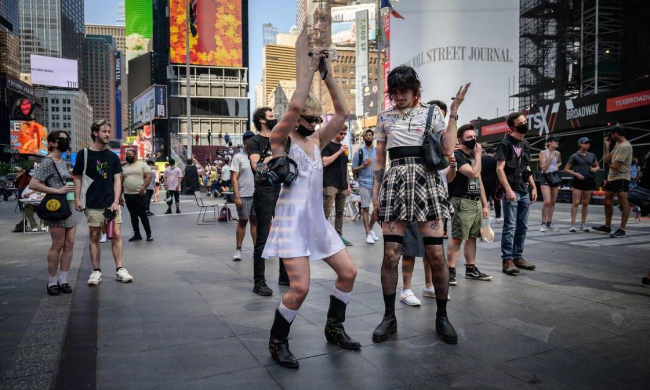 Pessoas dançam na Times Square, em Manhattan, na cidade de Nova York, enquanto as restrições de para combate à Covid-19 são flexibilizadas Foto: Ed Jones / AFP