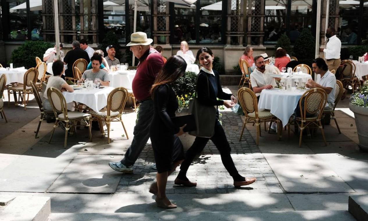 Bares e restaurantes, setor dos que sofreram com as quarentenas, são os que mais têm ajudado Nova York a recuperar sua atmosfera vibrante nesta nova fase da cidade Foto: SPENCER PLATT / AFP