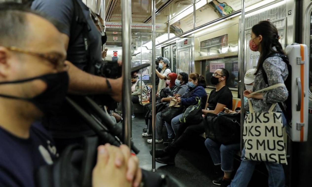 Passageiros usam máscara durante viagem de metrô para a parte alta da cidade. O uso do acessório de proteção continua obrigatório em locais fechados e transportes coletivos Foto: ANDREW KELLY / REUTERS