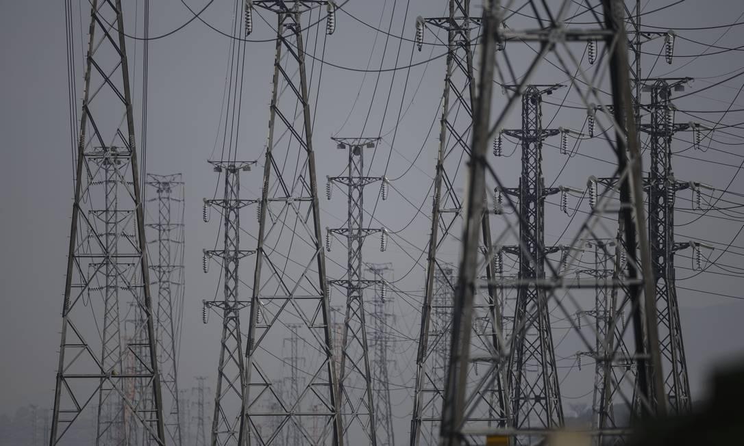 Linhas de transmissão de energia elétrica que passam ao lado do Parque de Madureira, no Rio Foto: Alexandre Cassiano / Agência O Globo