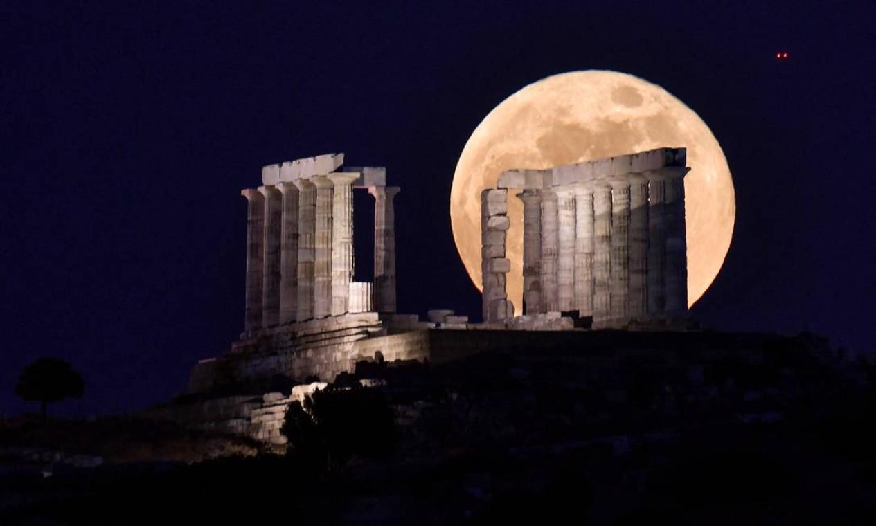 A superlua cheia surge atrás do Templo de Poseidon, em Atenas, na Grécia Foto: LOUISA GOULIAMAKI / AFP