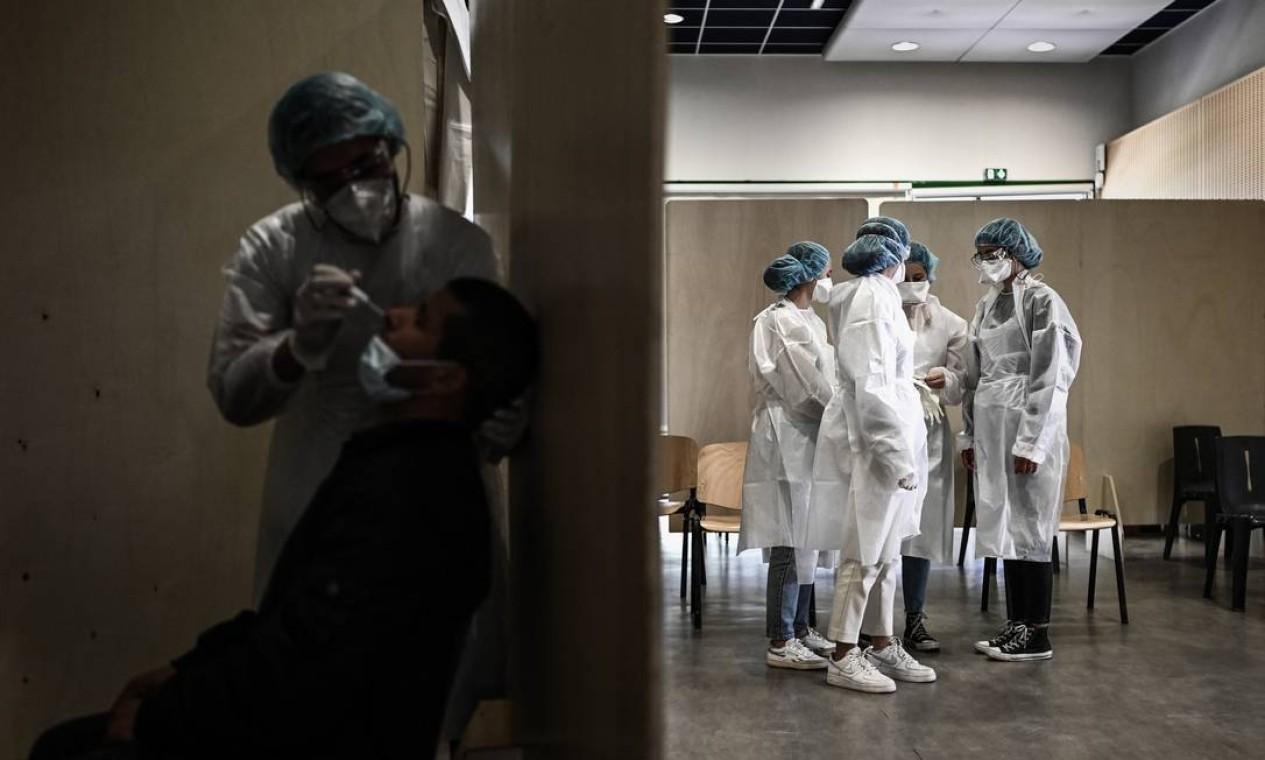 Membros da equipe médica esperam pacientes serem testados contra a Covid-19, no bairro de Bacalan, em Bordeaux, sudoeste da França, depois que cerca de 50 pessoas foram testadas como positivas para uma variante rara do coronavírus Foto: PHILIPPE LOPEZ / AFP