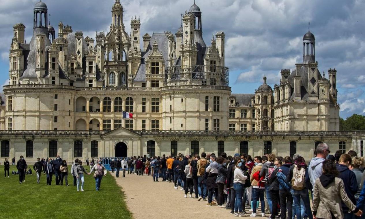 Visitantes fazem fila do lado de fora do castelo de Chambord, no centro da França, enquanto o governo relaxa as medidas adotadas para conter a propagação da Covid-19, reabrindo museus e espaços culturais Foto: GUILLAUME SOUVANT / AFP