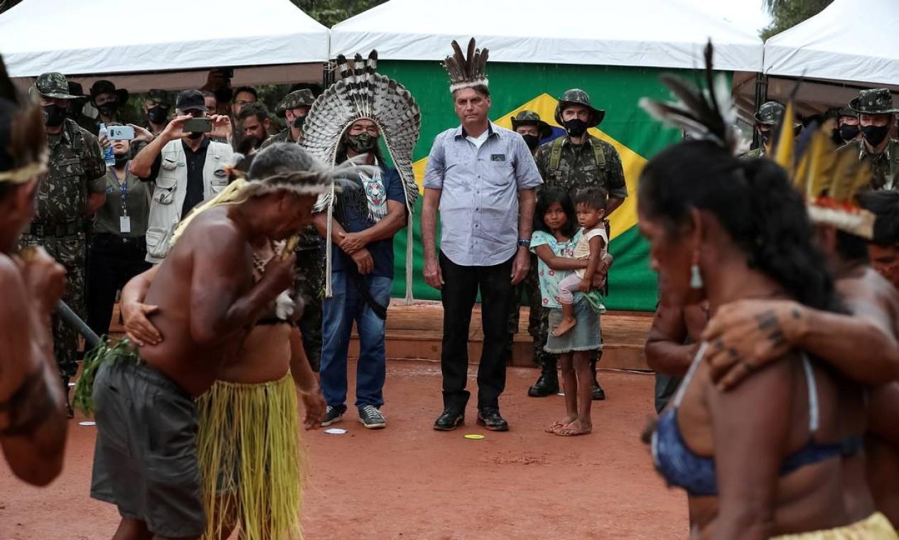 O presidente Jair Bolsonaro é visto com indígenas na reserva da tribo Yanomami, na fronteira com a Venezuela em São Gabriel da Cachoeira, Amazonas Foto: Marcos Correa / via REUTERS