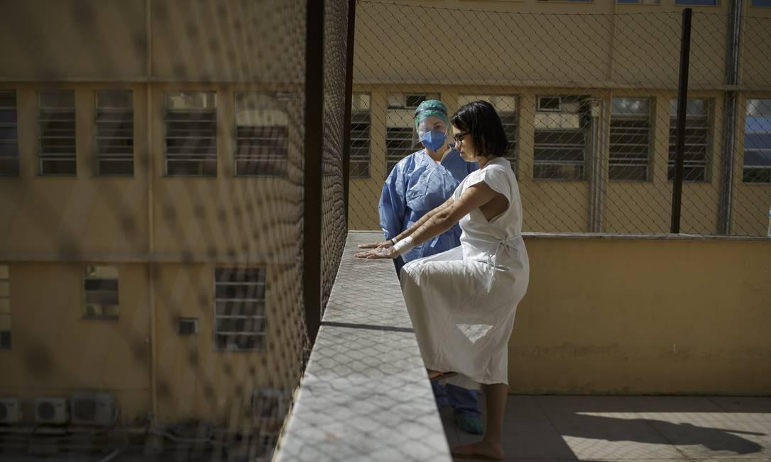 Fisioterapeuta atende paciente internada em novo centro de tratamento para condicionamento cardiorrespiratório Foto: Márcia Foletto / Agência O Globo