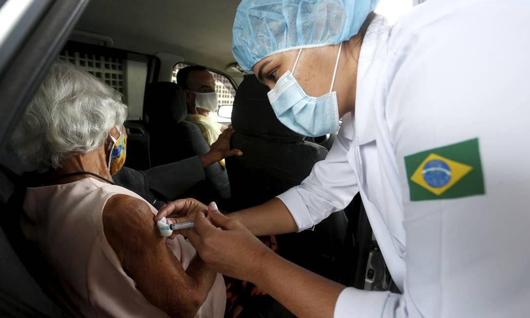 Idosa recebe vacina em drive thru no Parque de Madureira, no Rio de Janeiro Foto: Fabiano Rocha / Agência O Globo