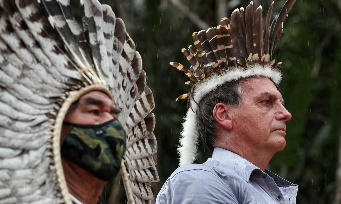 Bolsonaro ignora supertição de azar e usa cocar indígena em agenda em São Gabriel da Cachoeira (AM) Foto: Marcos Correa / via REUTERS