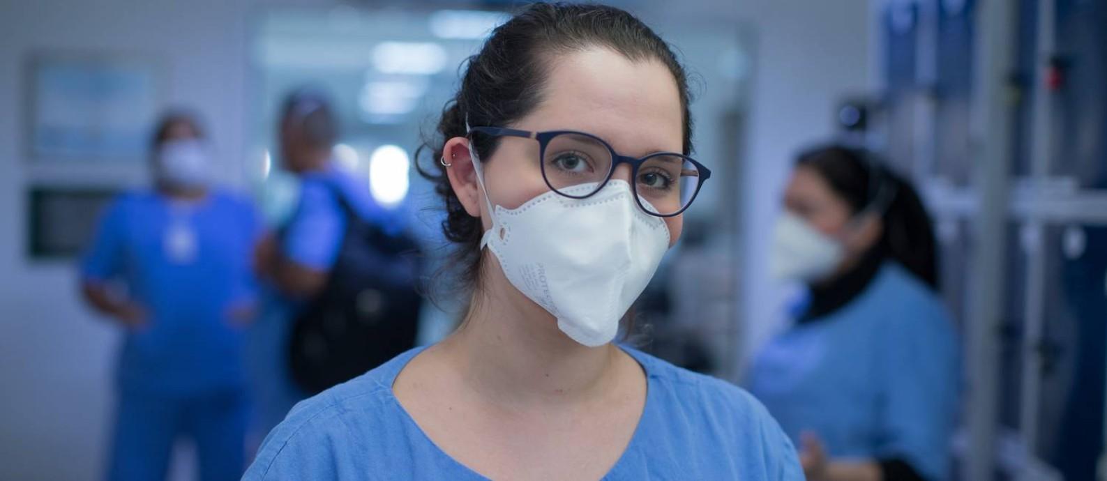 Fernanda Cristina de Almeida, de 23 anos, é dentista residente numa UTI no Hospital São Paulo Foto: Edilson Dantas / Agência O Globo
