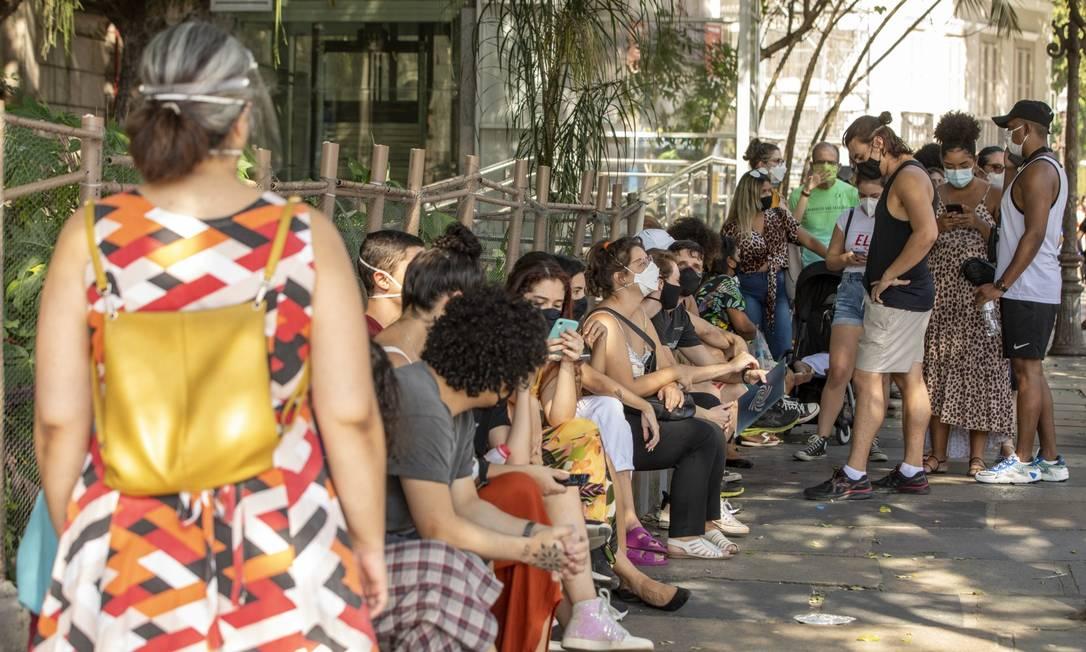 Posto de vacinação no Museu da República, no Catete, tem fila longa durante o último dia da campanha para grupos prioritários Foto: Ana Branco / Agência O Globo
