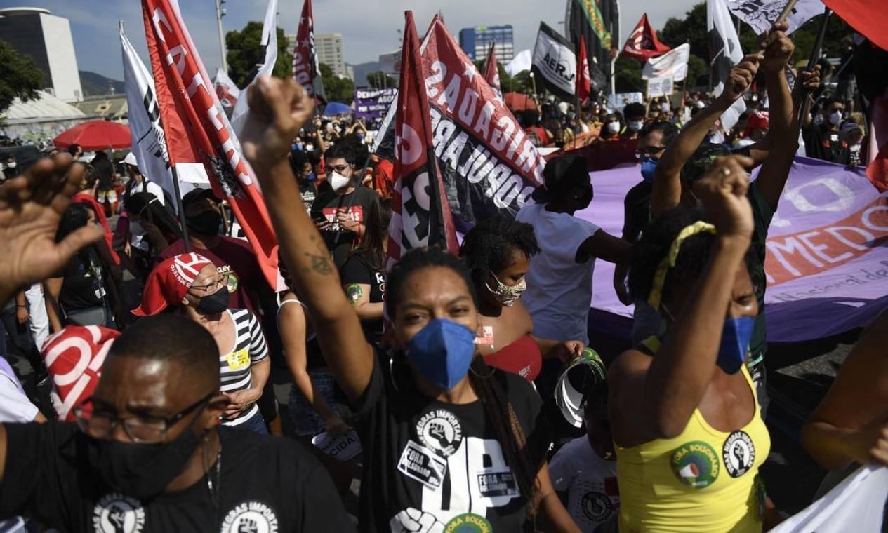 Multidão, usando máscara de proteção, protesta contra o presidente Jair Bolsonaro, no Centro do Rio Foto: Mauro Pimentel / AFP