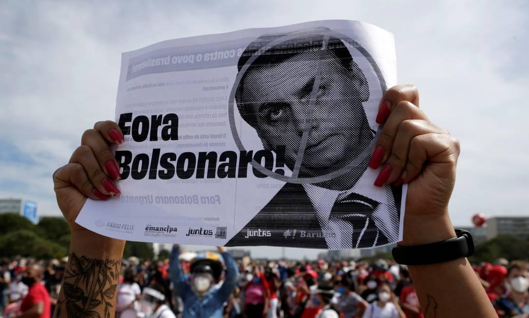 Manifestante segura cartaz contra Bolsonaro em protesto em Brasília Foto: Ueslei Marcelino / Reuters