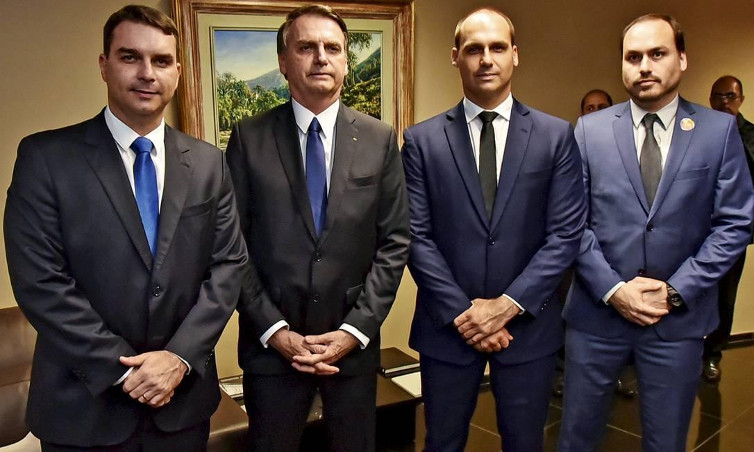 O presidente Jair Bolsonaro com os filhos Flávio, Eduardo e Carlos Foto: Roberto Jayme / Ascom / TSE