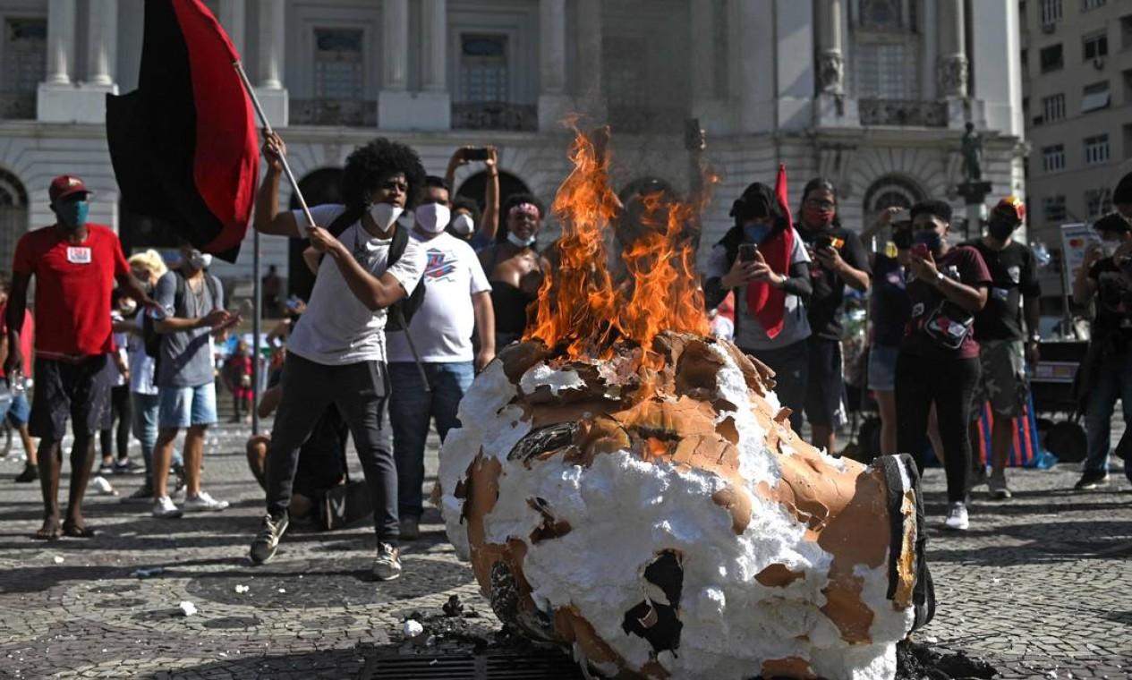 No final do ato no Rio, manifestantes queimaram um boneco do presidente Bolsonaro Foto: ANDRE BORGES / AFP