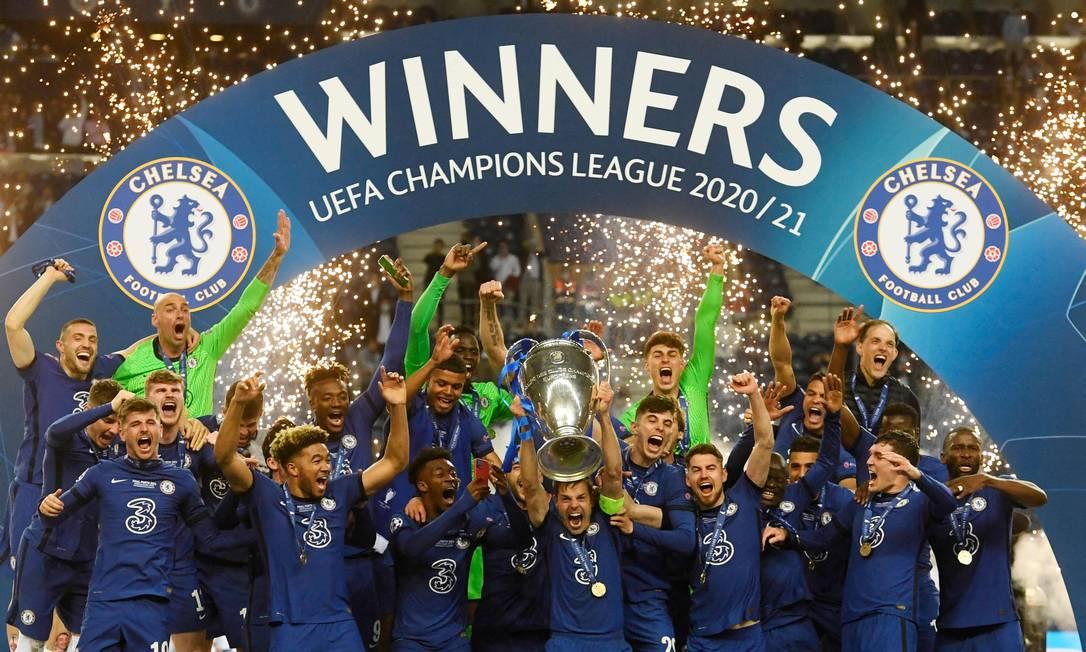 O capitão Azpilicueta ergue o troféu da Liga dos Campeões, vencida pelo Chelsea Foto: PIERRE-PHILIPPE MARCOU/AFP