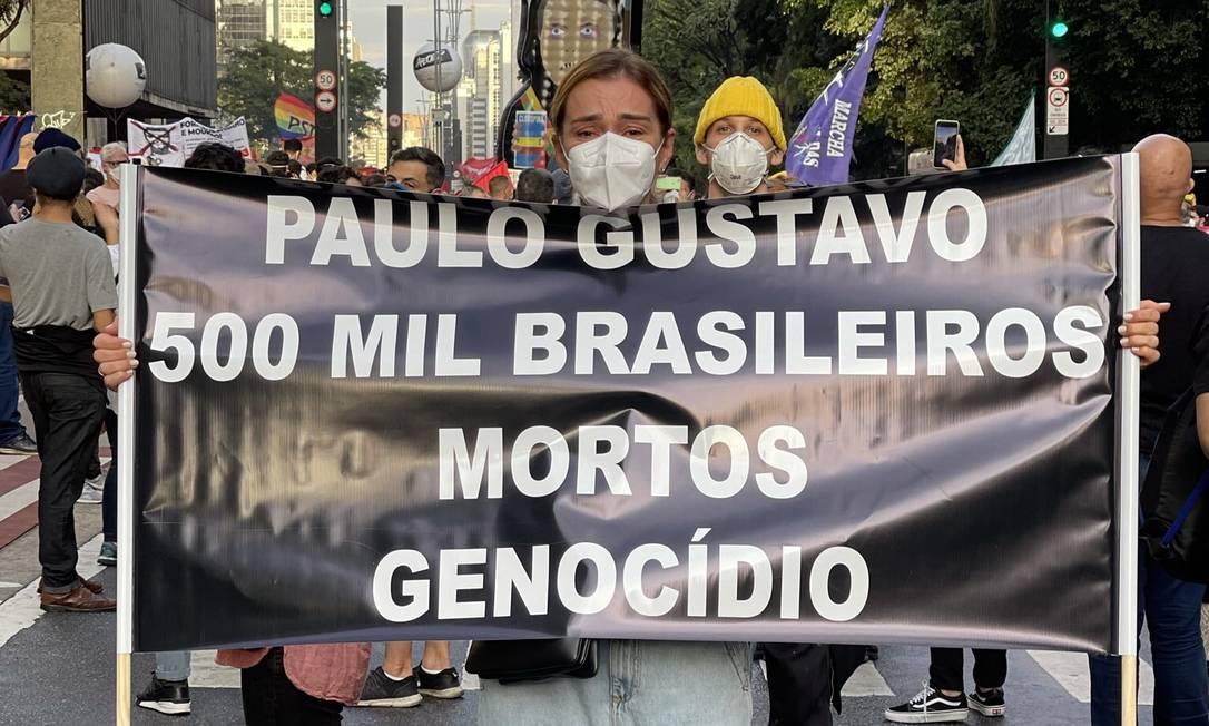 Mônica Martelli e a faixa em homenagem a Paulo Gustavo Foto: Reprodução