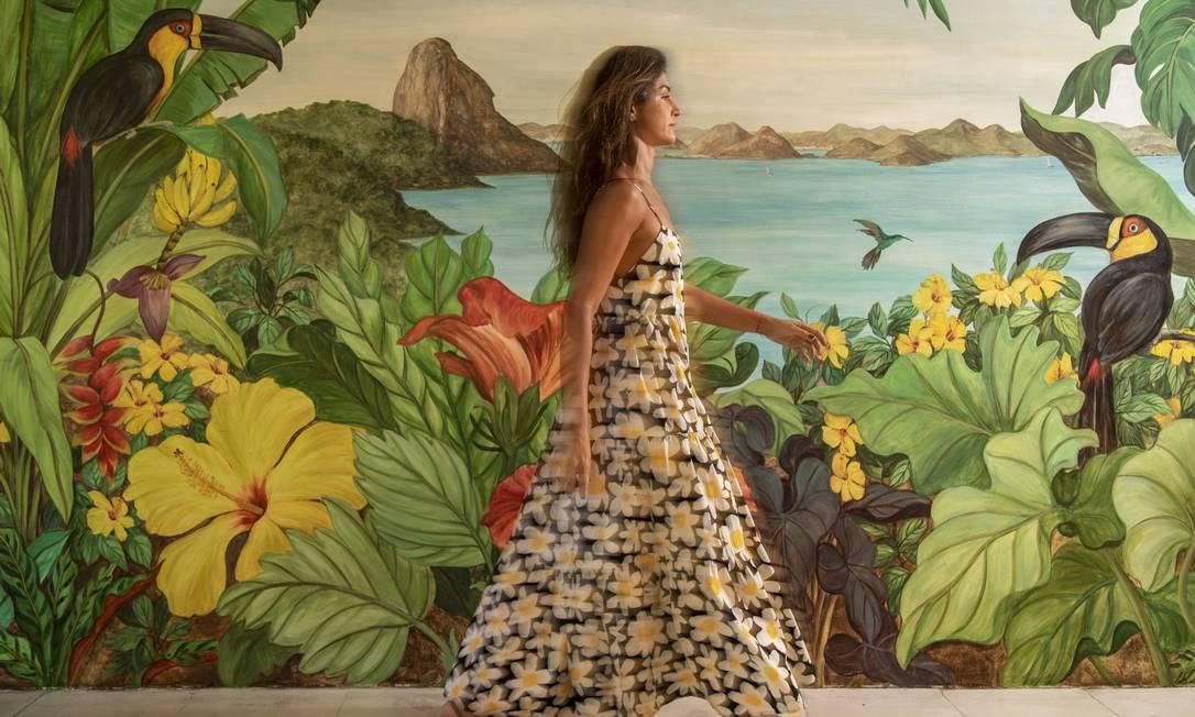 Paula Furtado, com vestido da nova coleçãoda Farm. Foto: Ana Branco / Agência O Globo
