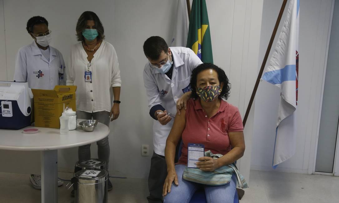 Daniel Soranz aplica a vacina em Antônia Nascimento Foto: Fabiano Rocha / Agência O Globo