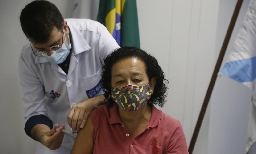 Na foto, o secretário de Saúde Daniel Soranz aplica a vacina em Antônia Nascimento da Silva, a primeira a se vacinar pelo critério de idade Foto: Fabiano Rocha / Agência O Globo