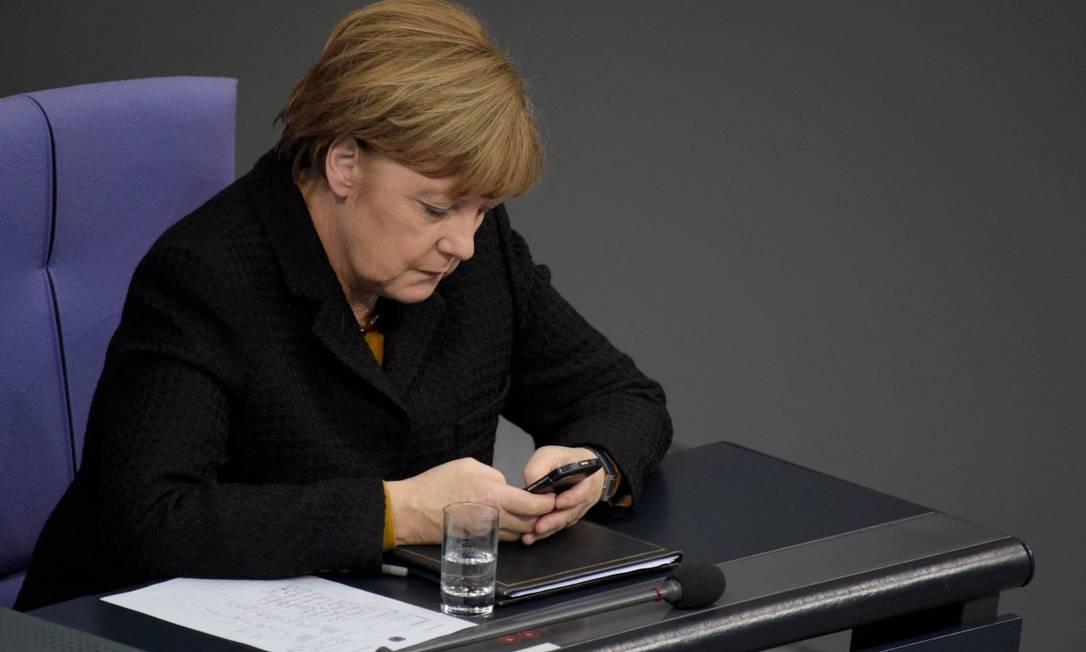 Chanceler alemã, Angela Merkel, usando seu telefone durante uma sessão do Bundestag, o Parlamento alemão Foto: ODD ANDERSEN / AFP /16-12-15