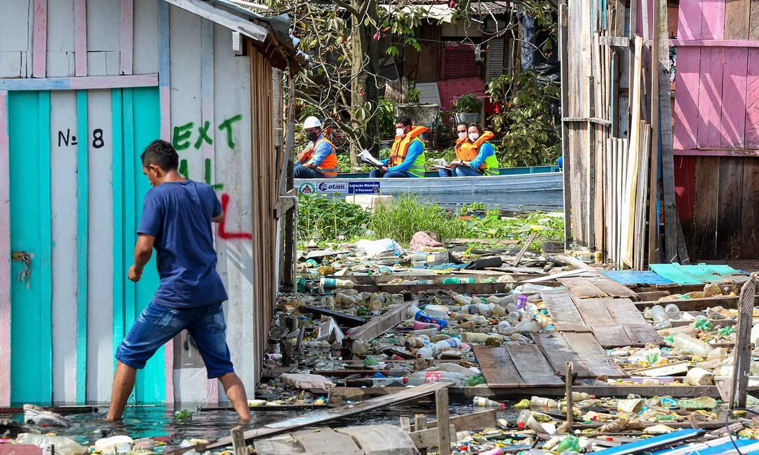 Cheia histórica do Rio Negro devolveu toneladas de lixo para o Igarapé do 40, em Manaus Foto: Emanuel Pires / Tiago Corrêa/UGPE