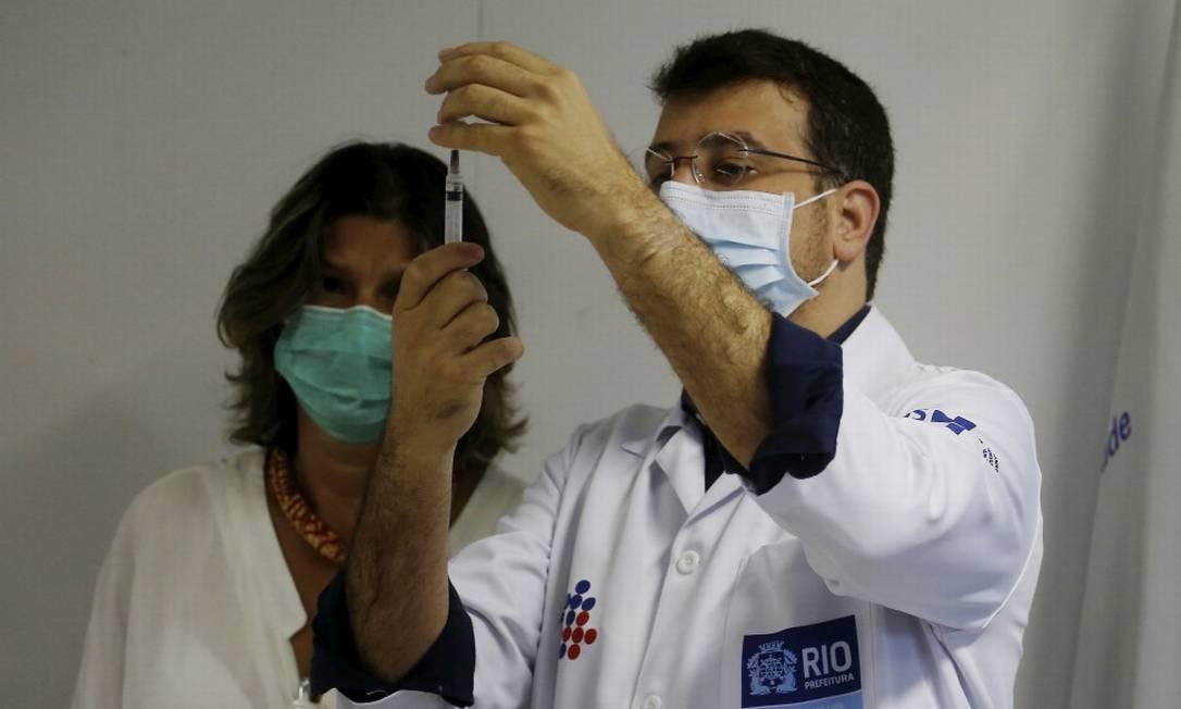 O secretário municipal de Saúde, Daniel Soranz, participou de abertura de nova etada do calendário de imunização Foto: Fabiano Rocha / Agência O Globo