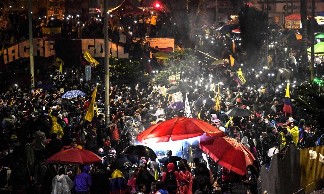 Manifestantes participam de protesto contra o presidente Iván Duque, em Bogotá Foto: JUAN BARRETO / AFP