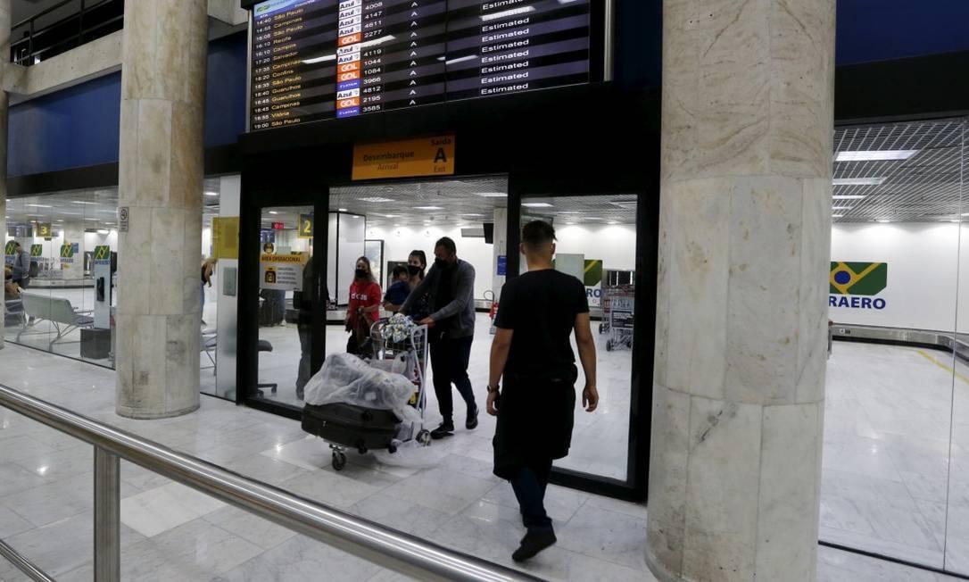 Passageiros desembarcam de vôo doméstico no Aeroporto Santos Dumont Foto: Fabiano Rocha / Agência O Globo