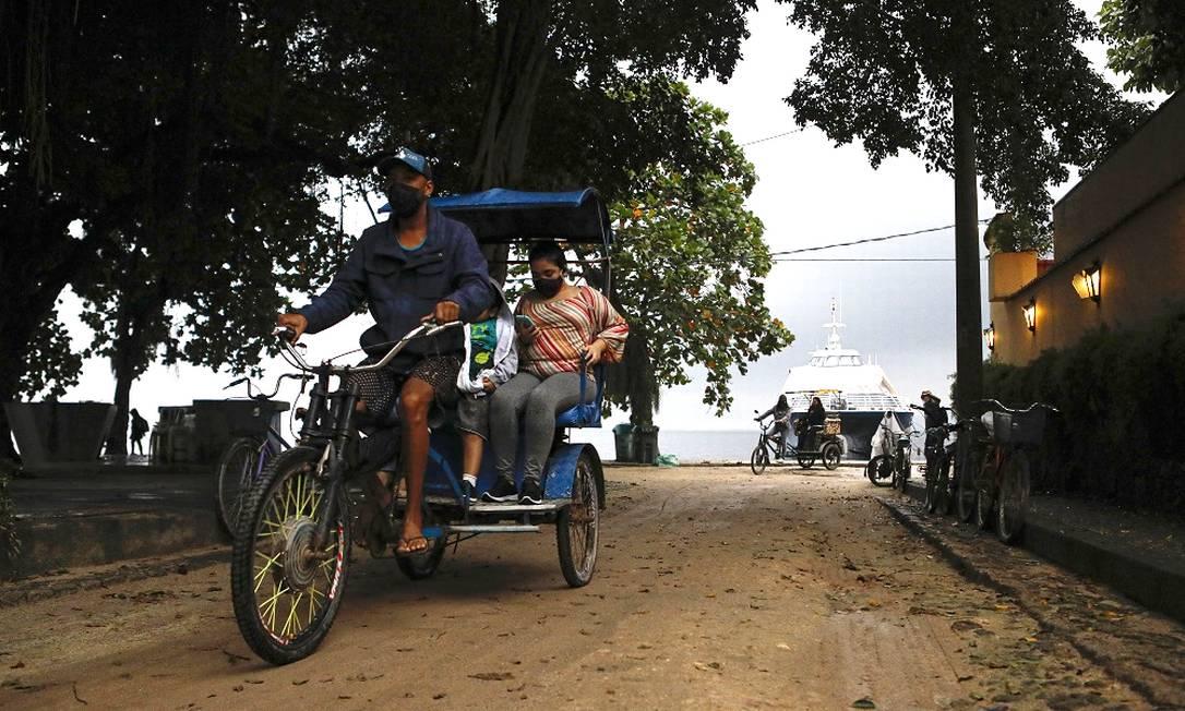Movimentação no bairro de Paquetá durante um dia chuvoso: Ilha será alvo de experimento da Prefeitura que vai imunizar toda a população local Foto: Luiza Moraes / Agência O Globo