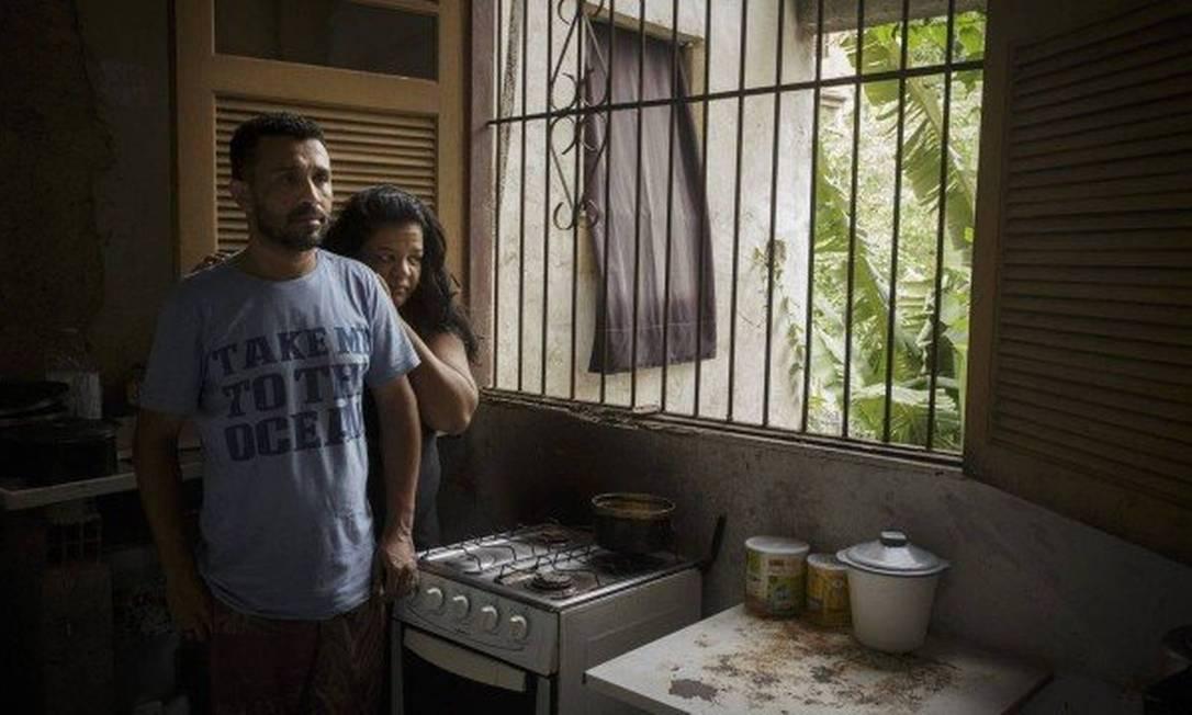 Sem emprego, André, com a mulher Aline, diz que enfrenta tem 'dificuldades para tudo' Foto: Marcia Foletto / Agencia O Globo