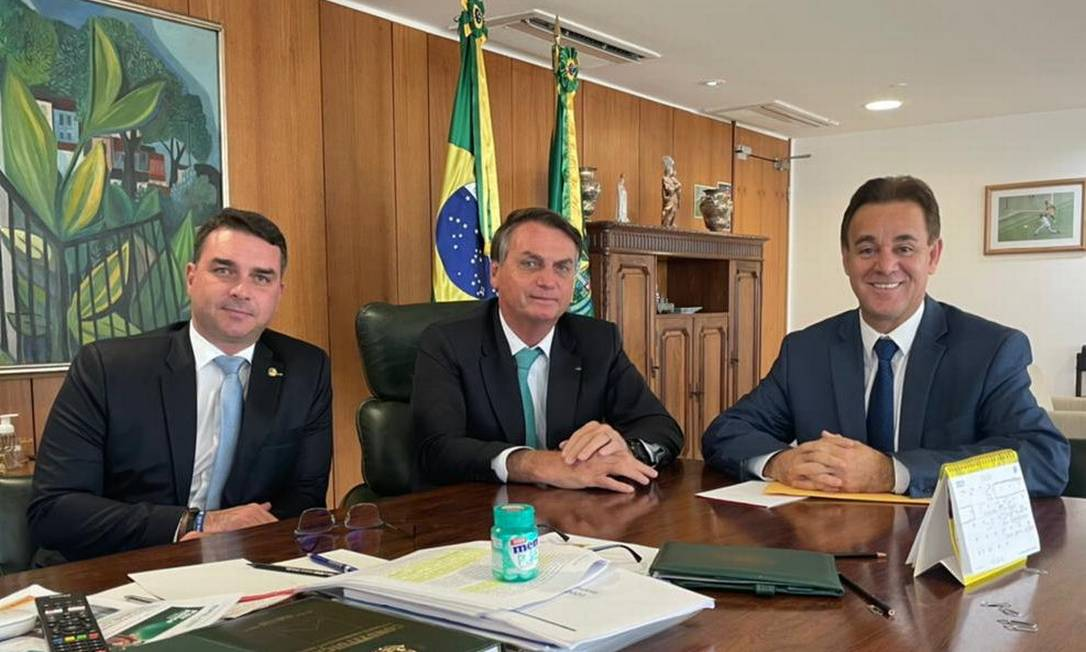 O senador Flábvio Bolsonaro, o presidente Jair Bolsonaro e o presidente do Patriota, Adilson Barroso Foto: Reprodução/Twitter
