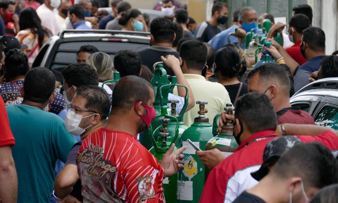 Parentes de pacientes internados nos hospitais fazem fila para recarregar cilindros de oxigênio em Manaus, em janeiro. Foto: Sandro Pereira / Agência O Globo