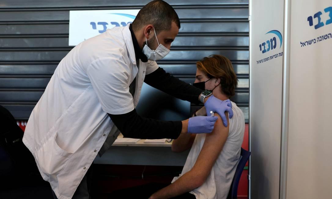 Jovem recebe vacina contra a Covid-19 em Israel Foto: Ronen Zvulun / REUTERS