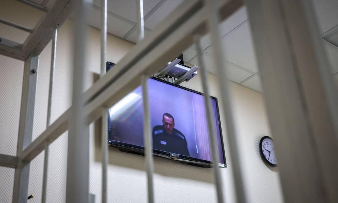 Televisão mostra o oposicionsta Alexei Navalny durante audiência judicial no dia 26 de maio Foto: DIMITAR DILKOFF / AFP