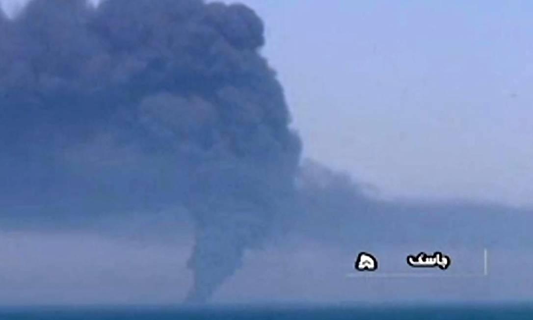 Coluna de fumaça provocada pelo incêndio no Kharg é vista do porto de Jask, no Sul do Irã Foto: ROY ISSA / AFP