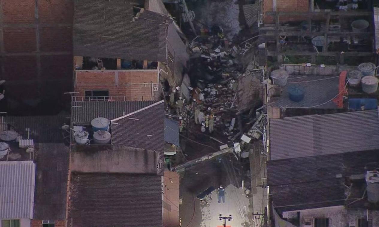 Bombeiros de cinco quartéis estão no loca Foto: Reprodução / TV Globo