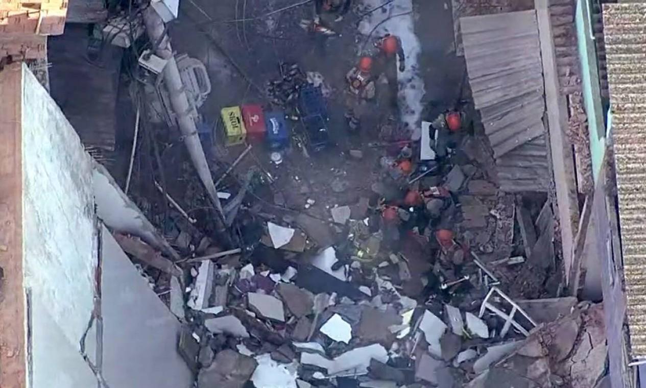 Segundo a Defesa Civil e Corpo de Bombeiros, um homem, uma mulher e uma criança estão sob os escombros Foto: Reprodução / TV Globo