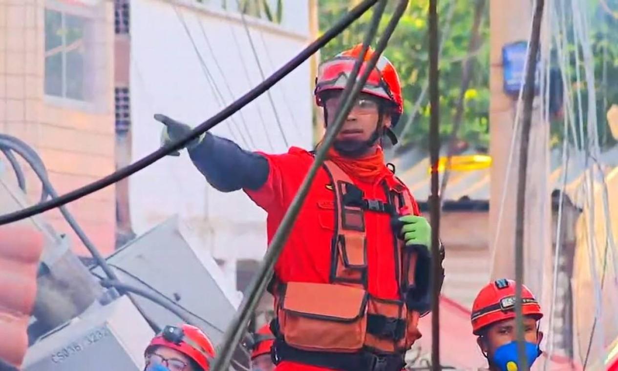 Cerca de 200 homens do Corpo de Bombeiros que estão trabalhando no local desde a madrugada Foto: Reprodução / TV Globo